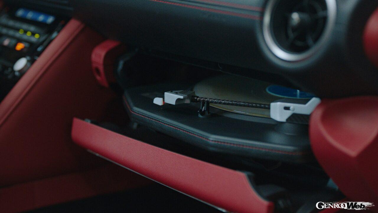車内にレコードプレイヤーを備えたレクサス IS登場! 走行中でもレコードを演奏できる超絶カスタム