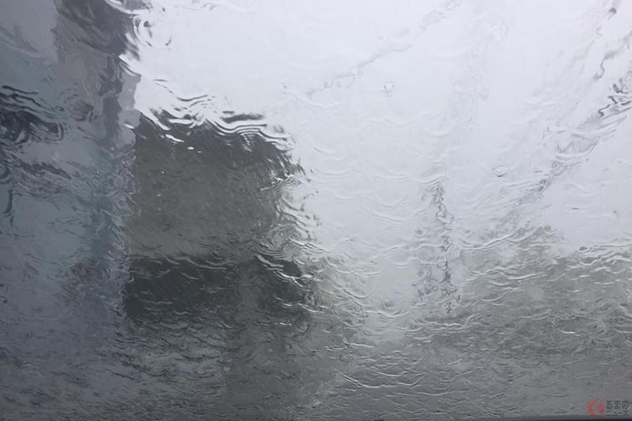 クルマの中は安全? 初夏は落雷に注意! 車内避難時に注意すべきコトとは