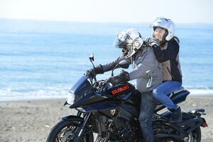 大型バイクで女子とタンデムするなら知っておくべきこと。それをスズキの『カタナ』から学びました…… 【SUZUKI KATANA/タンデムインプレ 中編】