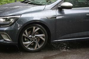 同じサイズのタイヤでも「雨」に強い弱いが存在! ウエット性能の差はどこで生まれるのか?