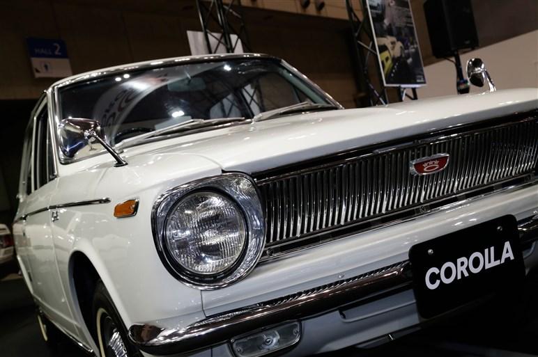 カローラ生誕50年を記念して初代モデルを展示。台数限定の特別仕様車も