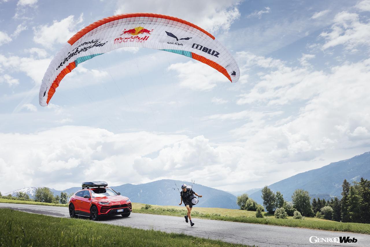 ランボルギーニ ウルス、世界一過酷なパラグライディングレースに挑戦するアーロン・デュロガティのサポートカーに