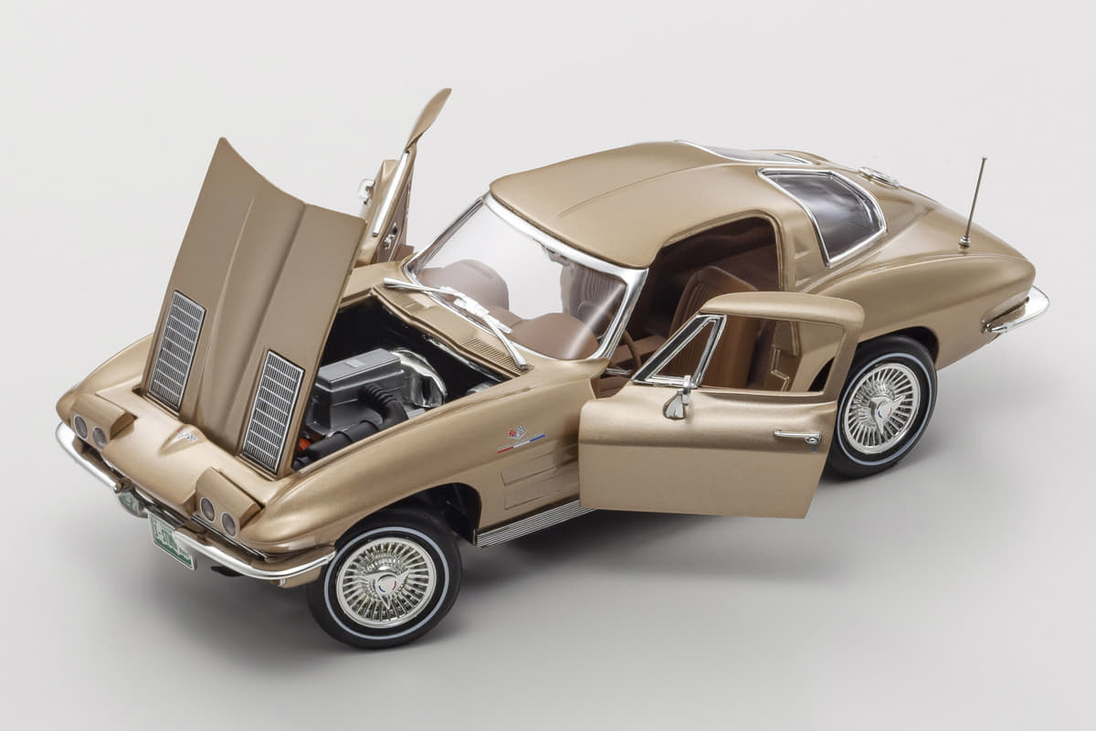 「二分割リア窓C2」に「巨大羽のダッヂ・デイトナ」! 1/18スケールの精巧な「アメ車モデルカー」3台プラスαが登場【京商】