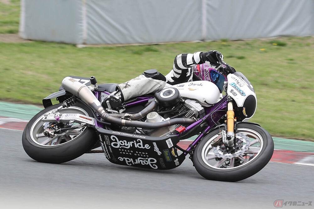 ドゥカティを相手に驚愕の走りを見せつけるハーレー 「JOYRIDEスピードショップ」がFXRでサーキットに挑む意味とは