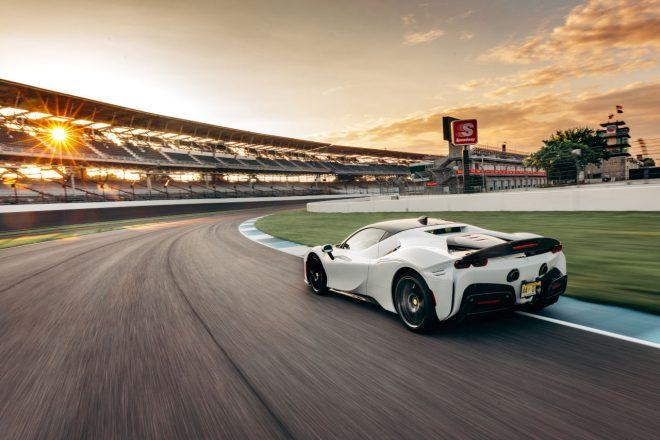 フェラーリSF90ストラダーレ、インディアナポリス量産車ラップレコードを樹立