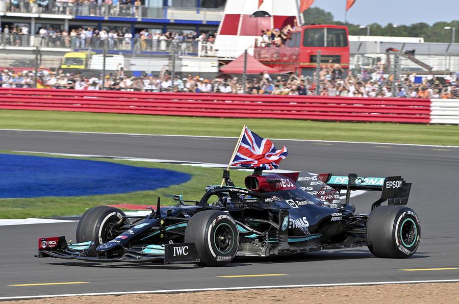 【接触はアクシデント】F1イギリスGP 新形式のレースでクラッシュ ファンは賛否両論