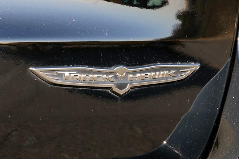 巨大なV8を積む「グランドチェロキー トラックホーク」。随所にアメ車感が味わえる豪快SUV