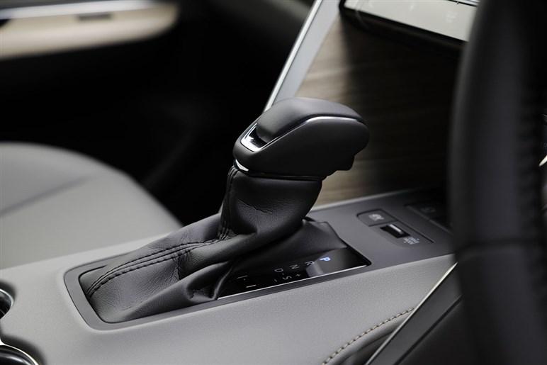 新型ハリアーはクーペを思わせるエレガントさが持ち味のザ・売れ線SUVになった