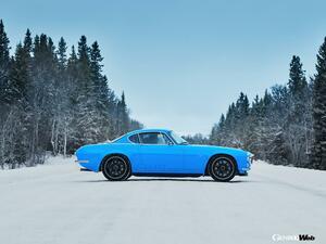 車重1000kg未満のクラシックなボディに450hpエンジン搭載! ボルボ P1800 シアンが雪上・氷上テストを敢行 【動画】