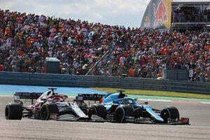 アロンソ、コース外から追い抜いたライコネンに対する判定について「一貫性がない」と批判/F1第17戦