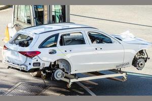 【無防備な姿で発見】新型メルセデス・ベンツCクラス・ワゴン ボディデザインが明らかに