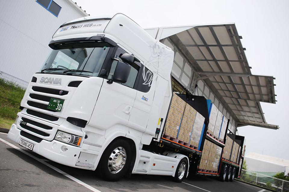 セミトレーラ1台で大型トラック2台分の積載量を実現!  ドイツ生まれの超特殊ウイングトレーラがスゴい!