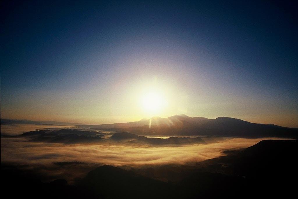 おいしい水の湧く盆地を埋めつくす霧を眼下にする(鹿児島県 魚野フライトエリア)【雲海ドライブ&スポット Spot 90】