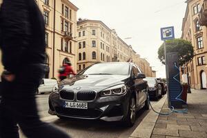 「BMW225xeアクティブツアラー」に搭載するハイブリッドシステムが進化! EV航続距離は最大57kmに