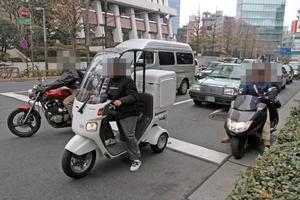 クルマを怒らせる!バイクのすり抜けは違反ではないのか?