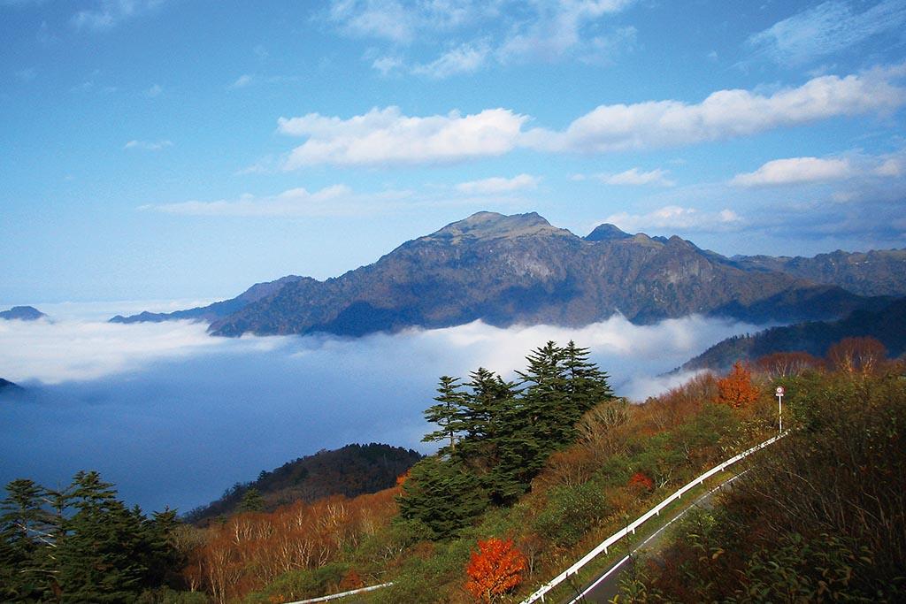 西日本最高峰の石鎚山が雲のじゅうたんに包まれる(愛媛県 石鎚スカイライン)【雲海ドライブ&スポット Route 77】