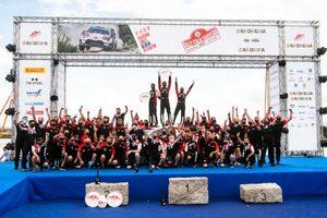 豊田章男オーナー「やっと海で泳ぐことができますね!」WRCイタリアで勝利のチームを祝福