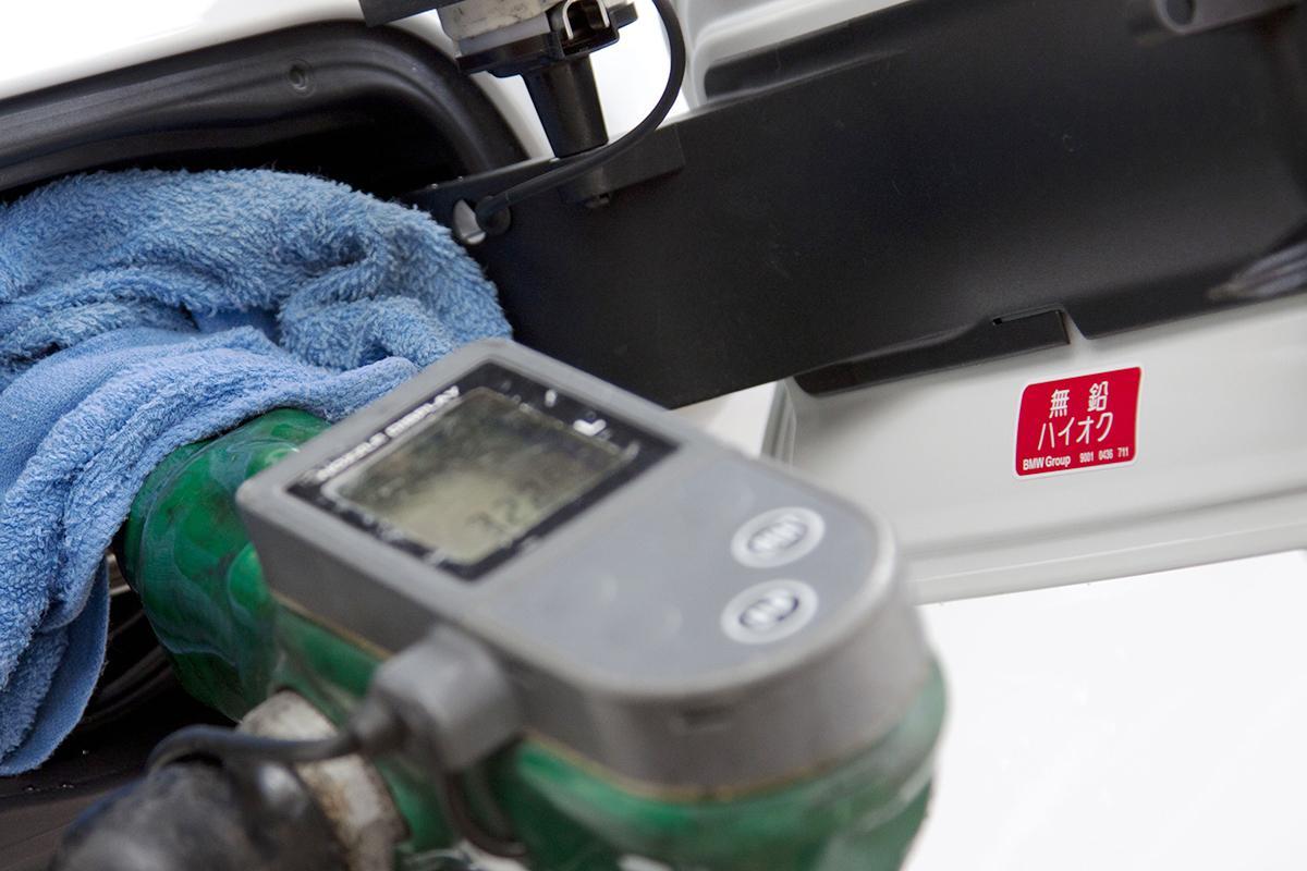 給油口に貼られる「無鉛」のステッカー! ガソリンスタンドで見かけないけど「有鉛」は存在するのか?