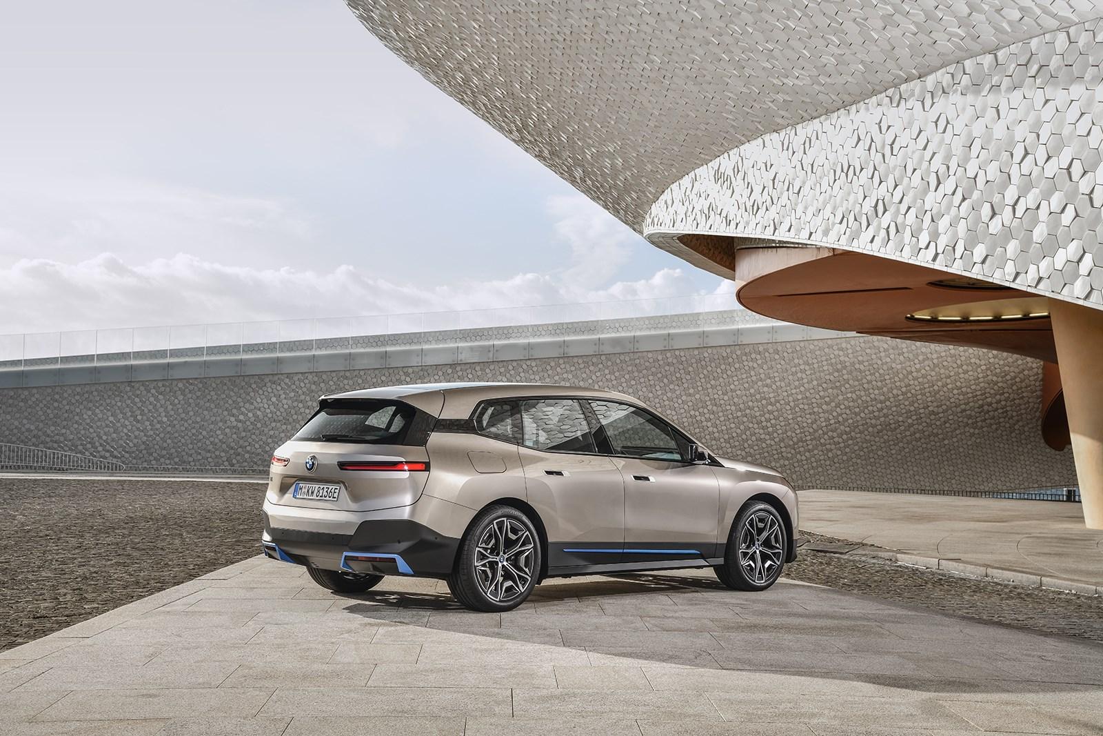 BMWが電動SUV「iX」を世界初公開。2021年末発売、その内外装はもはやコンセプトカー級