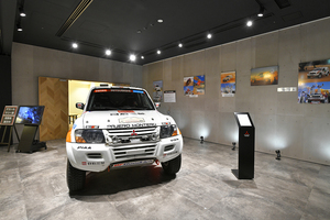 2002年に優勝したパジェロの実車を展示! 三菱本社ショールームにて「ダカールラリー展」を6月下旬まで開催中