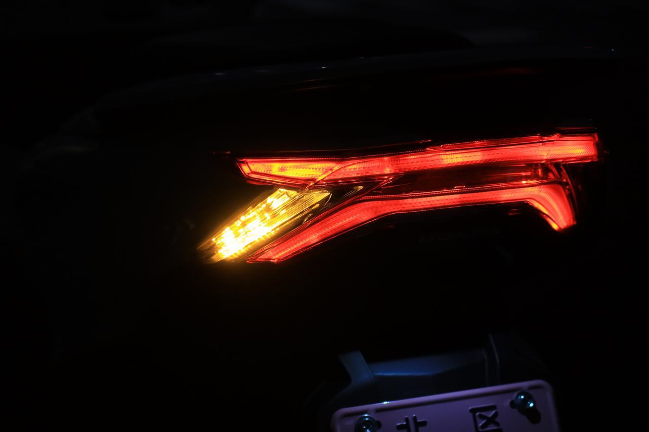 ホンダ新型「PCX」通勤インプレ! 街乗りを2週間してみて分かった2021年モデルの特徴|燃費・足つき・使い勝手をレビュー