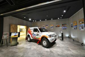 ダカールラリーで優勝した本物のパジェロを展示! 三菱本社ショールームにて「ダカールラリー展」を開催中