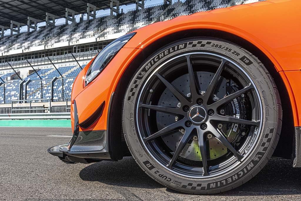 【サーキット試乗】「メルセデスAMG GTブラックシリーズ」武闘派メルセデスをトラックテスト。公道も走れるレーシングマシン