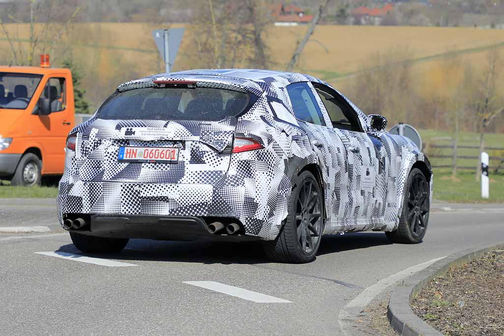 【スクープ】「史上最速のSUVになる!?」フェラーリ プロサングエ開発車両、ついに市販型ヘッドライト装着か!?
