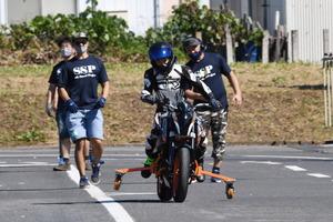 障がいでバイクを諦めた元ライダーにふたたび笑顔を! サイドスタンドプロジェクトに新しく自動車学校が協賛