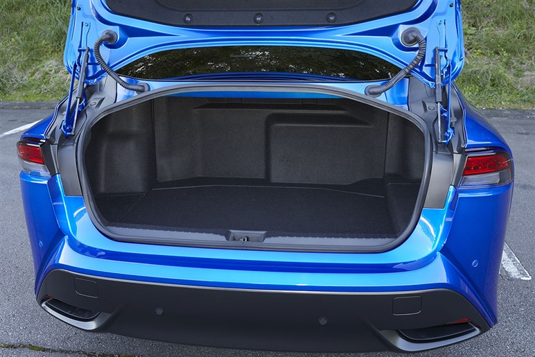 初代とぜんぜん違うトヨタ ミライは現時点で最高のFCVに仕上がったが、黒塗り社用車としては後席が微妙