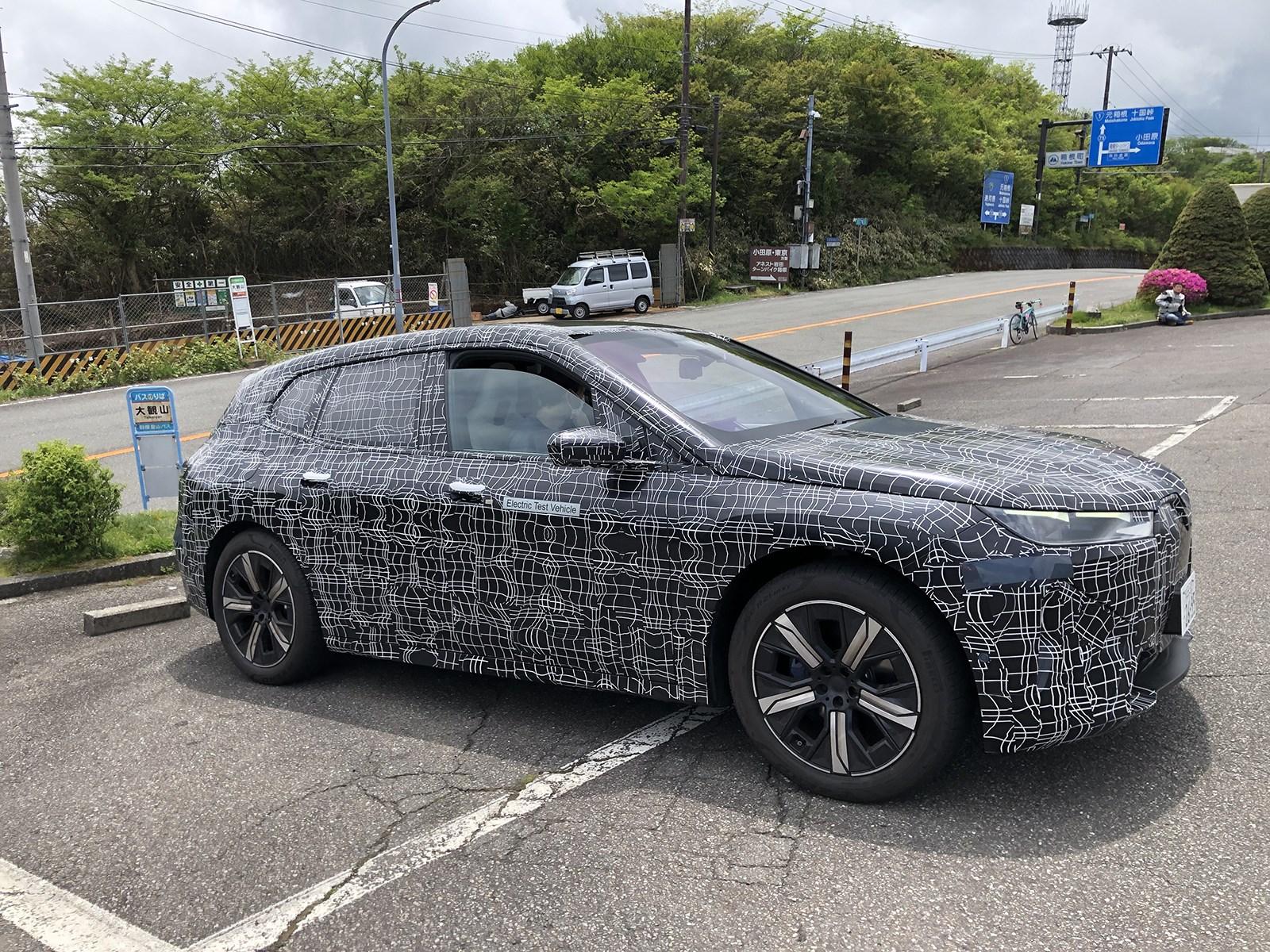 BMWの新型電気自動車のテスト風景を日本でスクープ。その正体は年内発売予定の「iX」だ!