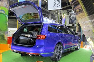 【日本初披露】VWパサート・ヴァリアント改良新型 ゴルフバッグ、何個入る? ジャパンゴルフフェア2021