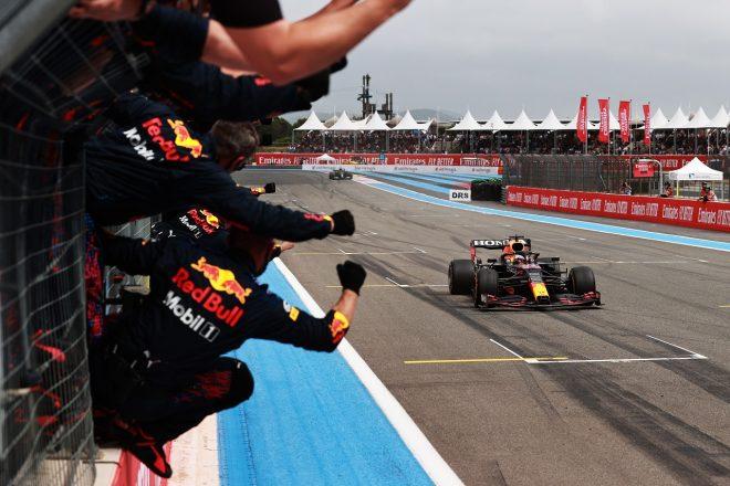 レッドブル代表「スペインGPのような敗北を避けるため、リスクのある戦略で勝負した」/F1第7戦決勝