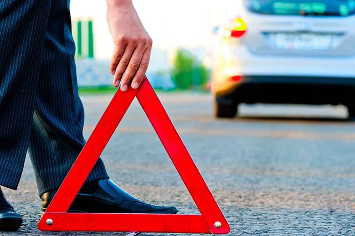 突然クルマが壊れた! 高速道路上で「助け呼ぶ」方法は? どう安全を確保する?