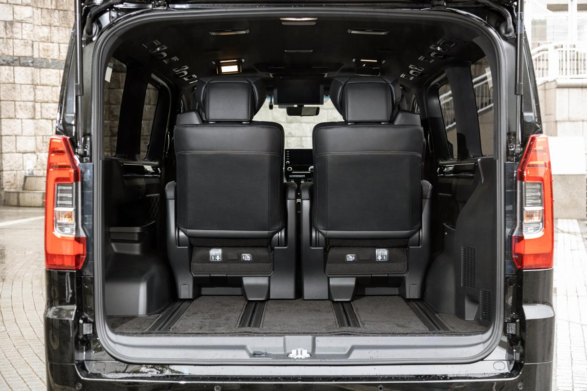 【試乗】いま話題の巨大ミニバン「トヨタ・グランエース」は圧巻の豪華さと驚異の取り回しがスゴイ!