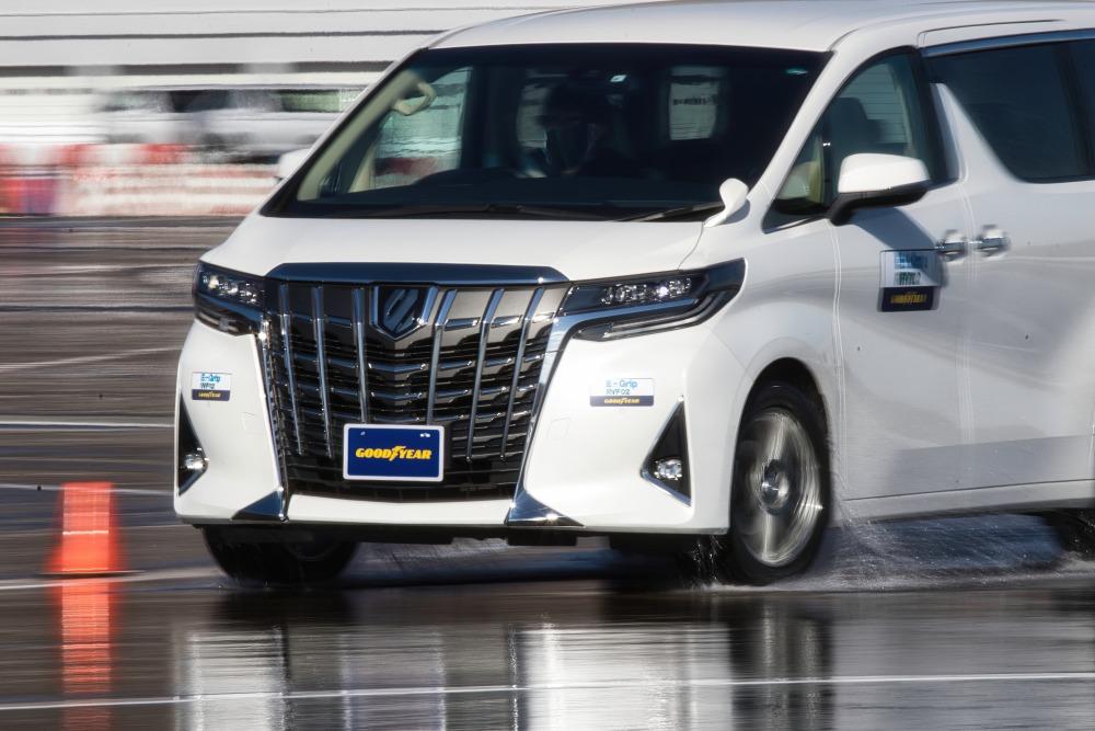【ミニバンを上手に運転したい】根強い人気、アルファードで検証 ふらつき/騒音・振動 専用タイヤも