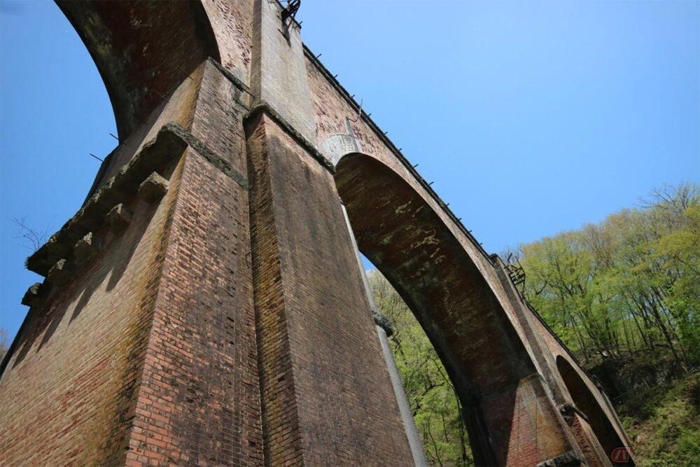 突如目の前に現れるレンガ造りの巨大なアーチ橋 群馬県碓氷峠にある鉄道施設「めがね橋」が圧巻だった