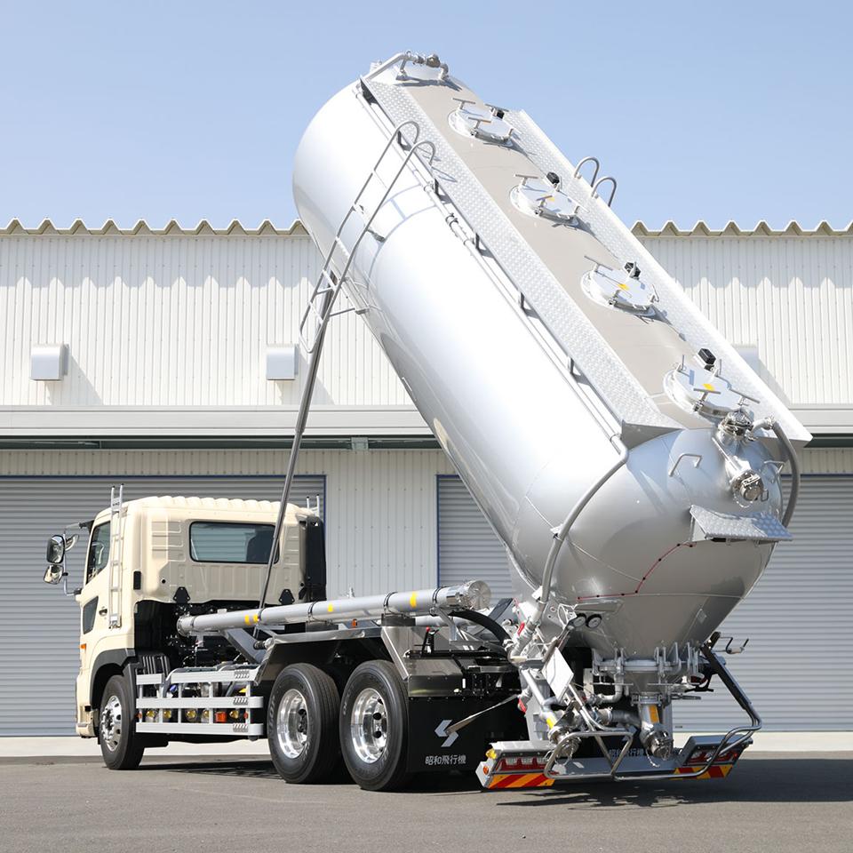 小麦粉を安心&スピーディに運ぶ! 微粉体輸送のスペシャリスト、小麦粉バルク車とは何者?