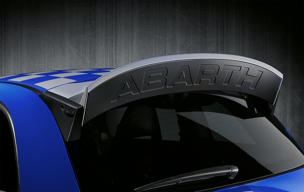 レース直系アイテムを装備したアバルトの限定車「695アンノデルトーロ」が20台限定で発売