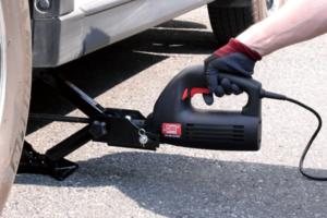 タイヤ交換がスムーズに!純正ジャッキと組み合わせれば電動化できるニューレイトンの「ジャッキアップ らくちん」