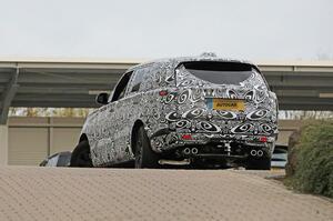【マイバッハとも競合か】次世代レンジローバーにロングホイールベース テスト車両を発見