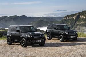 大人気のディフェンダーに黒い特別仕様車! 日本独自の企画によるダブルオーブラック エディションを限定発売