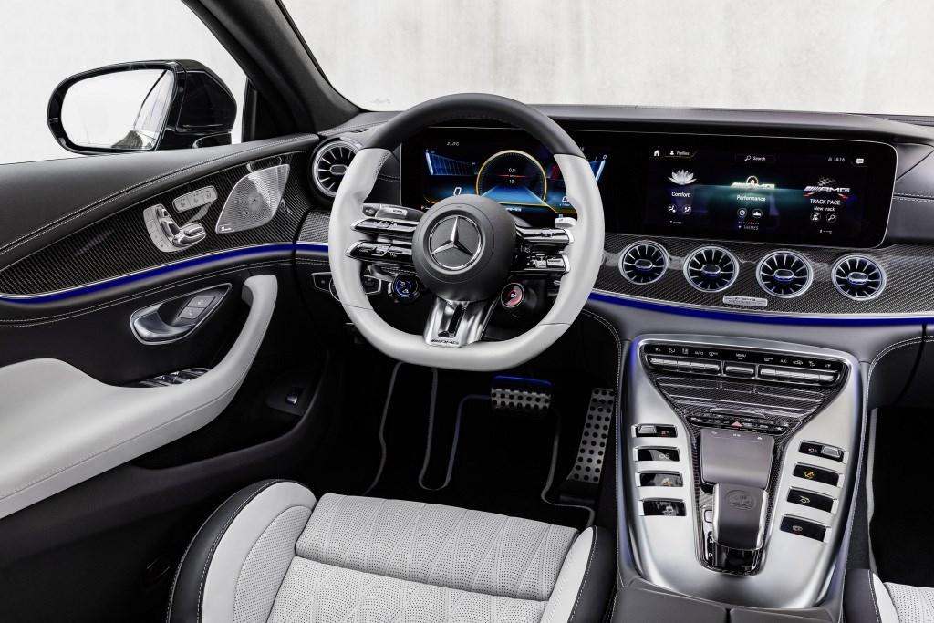 メルセデスの高性能4ドアスポーツ「AMG GT 4ドアクーペ」の内外装やアシが進化