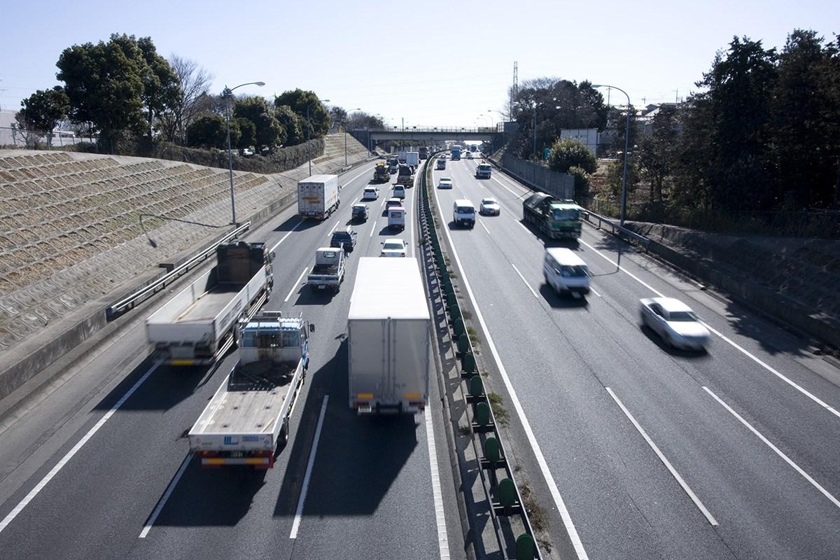 """高速道路の""""サグ渋滞""""はドライバーのスキル不足で起きる!? 渋滞を避けるためにするべきこととは?"""