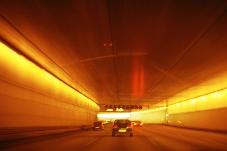 なぜ一部のドライバーはトンネル内でヘッドライトを点灯させないのか