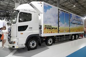 人工知能(AI)を活用した日野自動車の最新ハイブリッド式トラック「プロフィア」