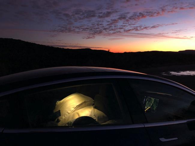 テスラの電気自動車「モデル3」に搭載されたキャンプモードを使って南仏で年越しキャンプに挑戦!