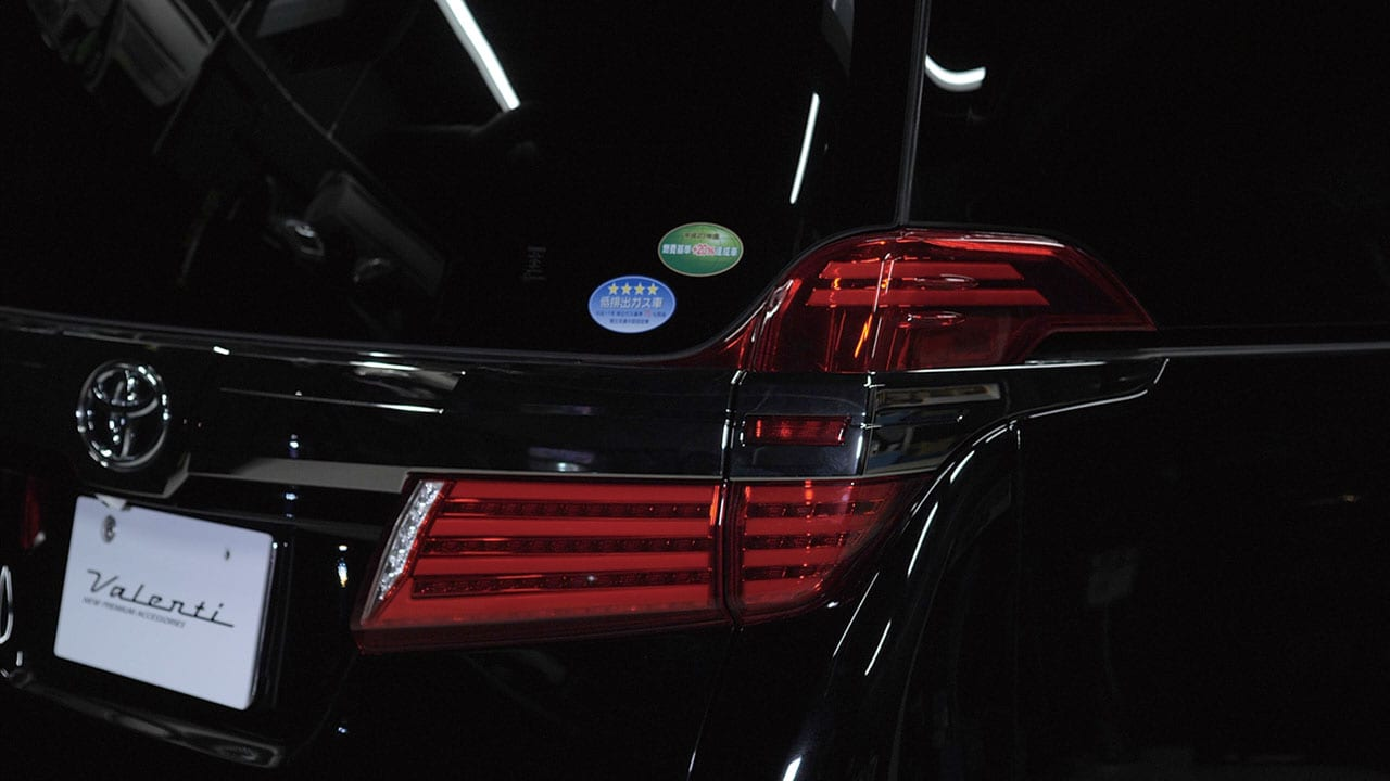 後期用デビュー。流れるウインカーも装備! シャキッとした光で存在感を誇示 Valenti 30アルヴェル カスタム