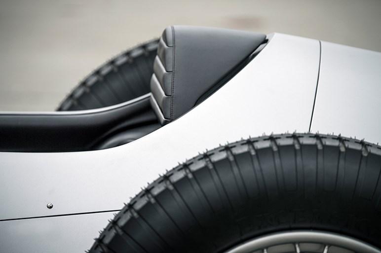 インフィニティ、プロトタイプ9を世界初披露 レトロなスタイリングに次世代のEV技術を搭載