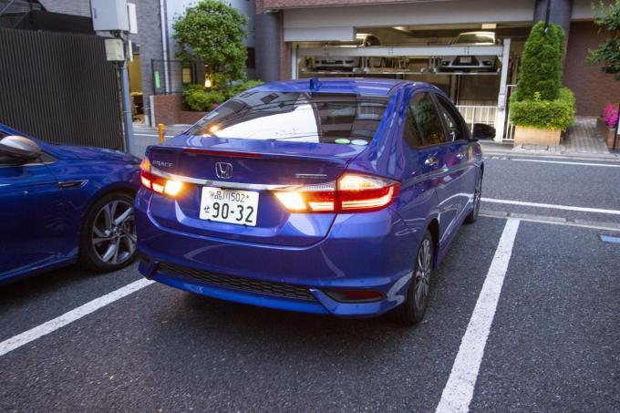 駐車場で見かける「前向き駐車でお願いします」は何のため? 守らなかったら違反になるのか